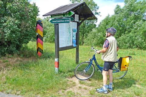 Radfahrer - Blick auf die Landkarte