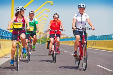Radfahrer überqueren die Donau über den Steinitzsteg