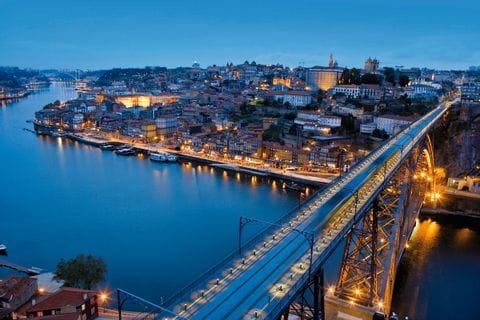 Blick auf Porto bei Nacht von oben