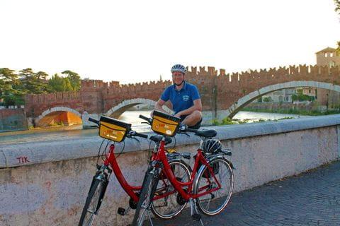Radfahrer macht eine Pause auf dem Castelvecchio in Verona