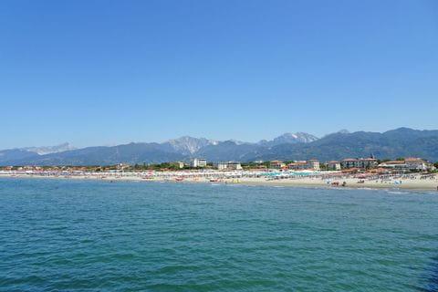 Ausblick vom Meer aus auf den Strand bei Viareggio