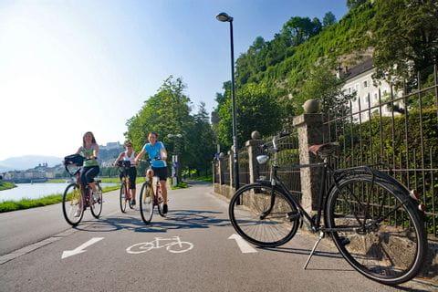 Radfahrer auf Radweg in Salzburg