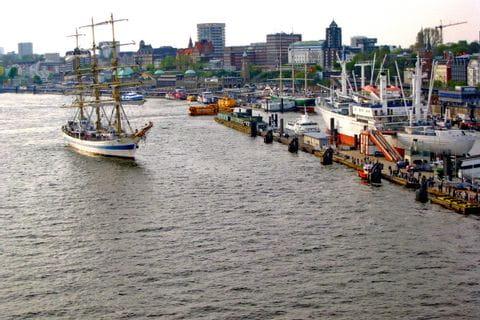 Segelschiff im Hafen von Hamburg