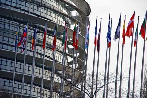 Fahnen vor dem Europaparlament in Straßburg