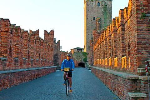 Radfahrer am Castelvecchio in Verona