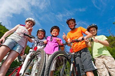 Familie macht Pause am Tauernradweg