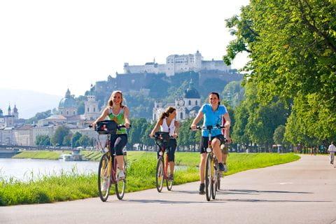 Radfahrer an der Salzach in Salzburg