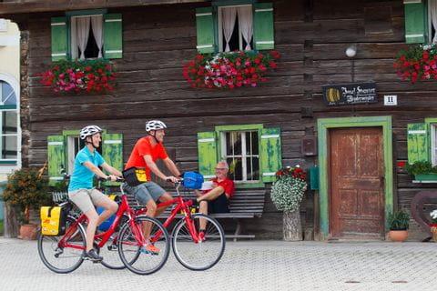 Radfahrer vor einem Bauernhaus