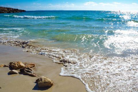 Weißer Sandstrand und türkises Meer bei Colònia de Sant Jordi