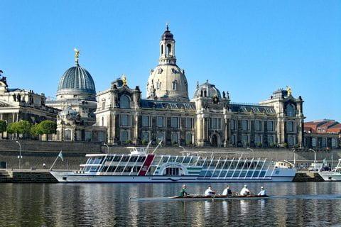 Blick auf Elbe und Gebäude von Dresden
