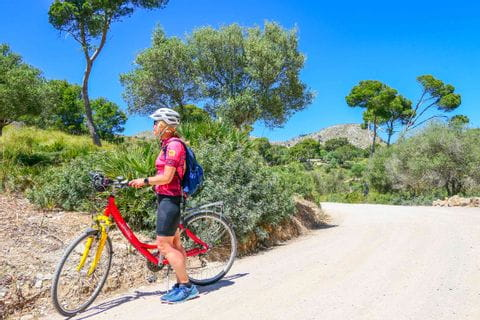 Radfahrerin auf der Halbinsel La Vicoria in Mallorca unterwegs