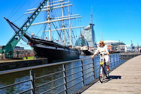Radfahrerin im Hafen in Bremerhaven