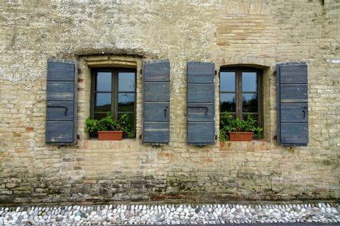 Fenster mit blauen Fensterläden