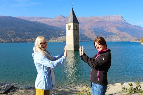 Steffi und Sabine vorm versunkenen Kirchturm in Graun