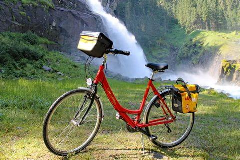 Eurobike-Rad vor Wasserfall