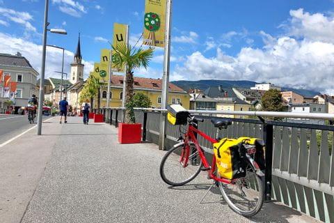 Rad auf einer Brücke in der Innenstadt von Villach
