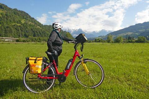 Radler mit Blick auf Gebirge