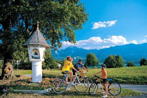 Radfahrer neben Marterl