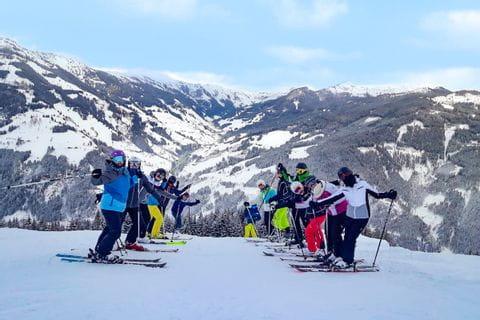 Hannah mit Freunden beim Schifahren