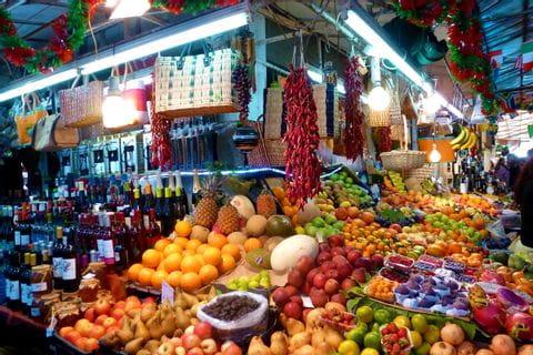 Bunter Stand auf dem Markt von Lissabon