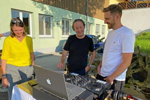 Mitarbeiter am DJ Pult