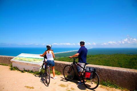 Radfahrer an einem Aussichtspunkt bei Figueira da Foz