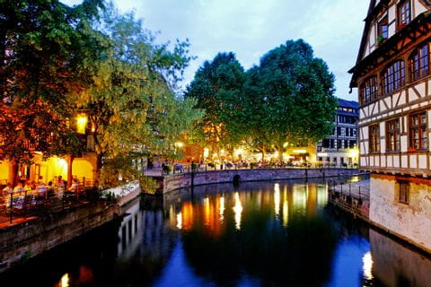 Das berühmte Viertel Petit France in Strassburg am Abend
