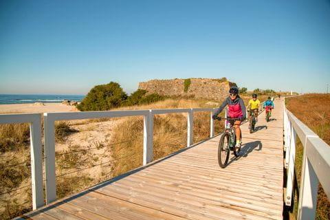 Radweg durch die Dünen am Strand in Nordportugal