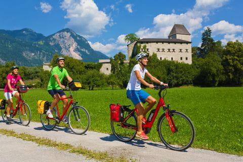Radfahrer vor Burg Lichtenwerth
