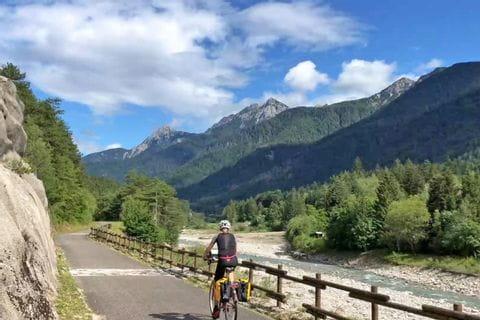 Radfahrer am Alpe-Adria Radweg