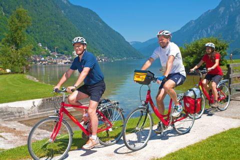 Radfahrer am Radweg um den Hallstätter See
