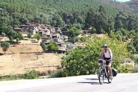 Radfahrer vor Häusern
