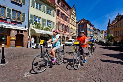 Radlergruppe fahren durch die wunderschöne Altstadt Colmars