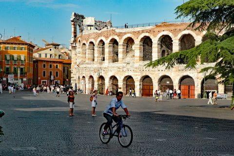Radfahrer vor der Arena von Verona