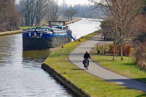 Radweg entlang eines Kanals im Elsass