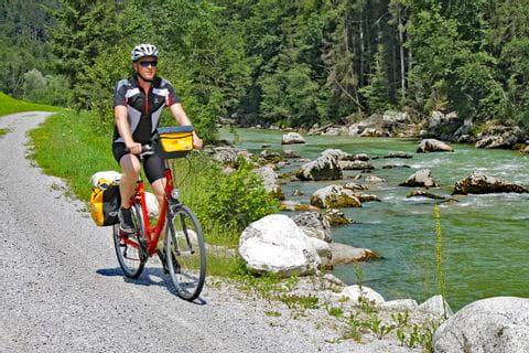 Radfahrer an einem Flussufer