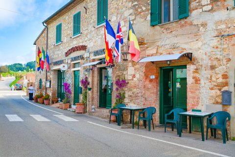 Traditionelle Dorfstrasse in Italien