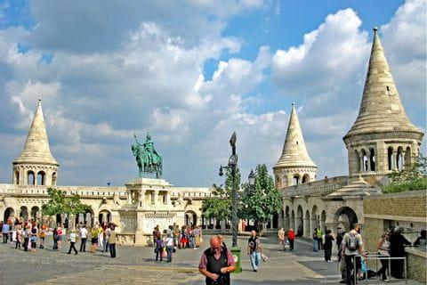 Fischerbastei Budapest mit Statue St. Stephan