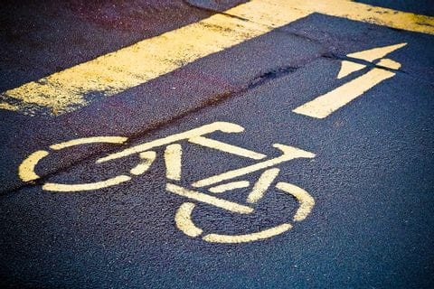 Radweg Hinweis auf der Straße