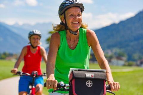 glückliche Radfahrerin