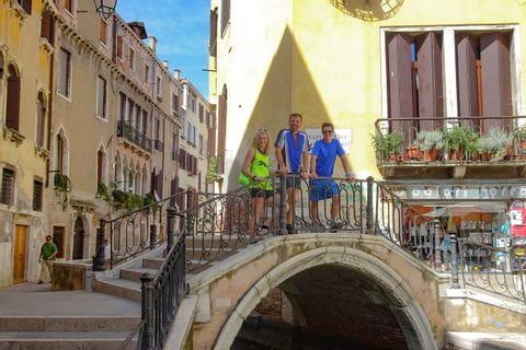 Gruppenfoto auf Brücke in Venedig