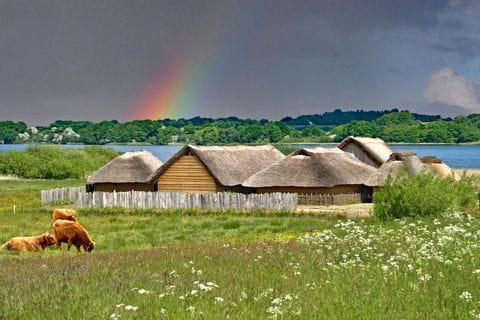 Wikingerhäuser mit Regenbogen im Hintergrund