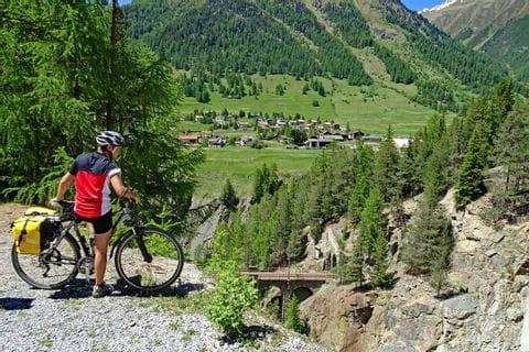 Radfahrer mit Blick auf Zernez