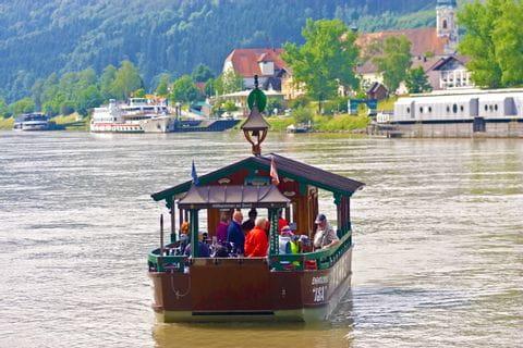 Donauüberquerung von Radfahrern mithilfe der Fähre in Schlögen