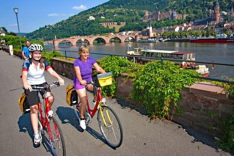 Radlfahrer am Rhein in Heidelberg