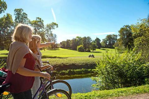 Radfahrerinnen im Schlosspark Tiefurt Weimar