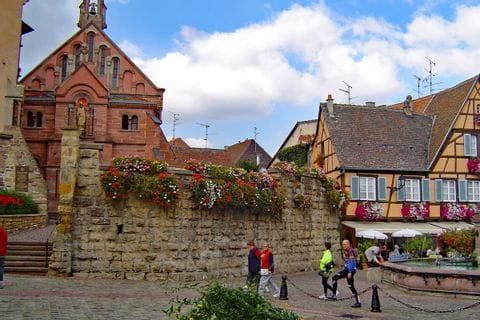 Platz im typischen elsässischen Ort Eguisheim