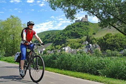 Cyclists in front of the Bernkastel Kues