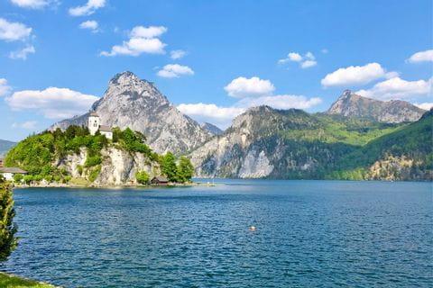 Ausblick auf Berge und See