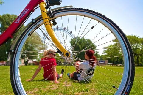 Radpause im Wiener Prater mit Blick auf das Riesenrad